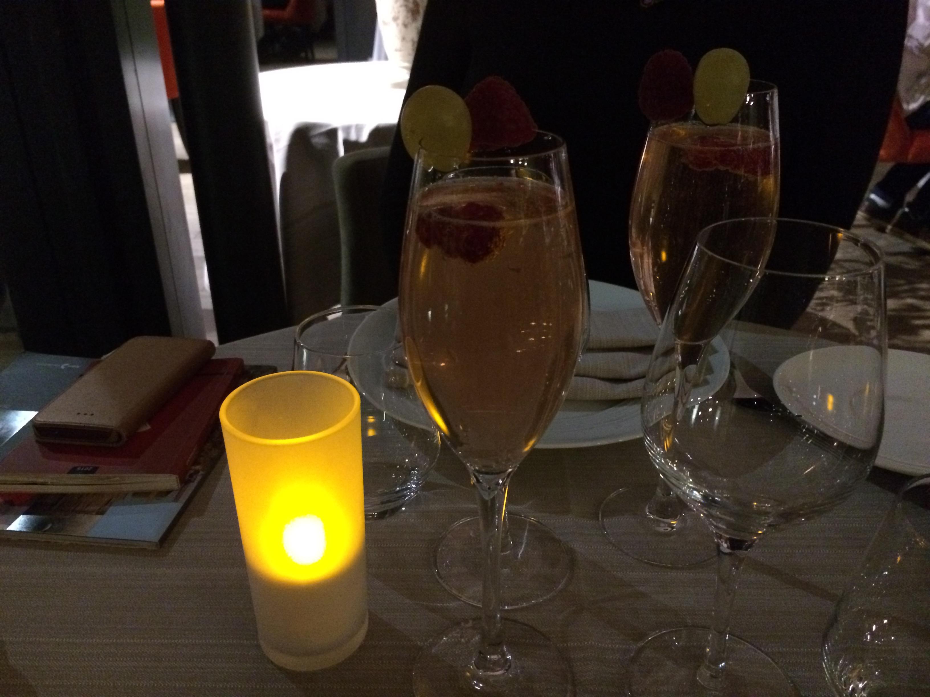 2 cocktails maison (framboise écrasée, liqueur de framboise, Cointreau, Crémant)