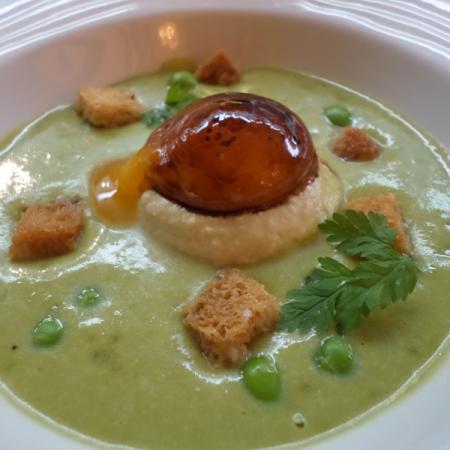 Velouté froid de petits pois, foie gras, jaune d'oeuf vinaigré, pousses de Shiso