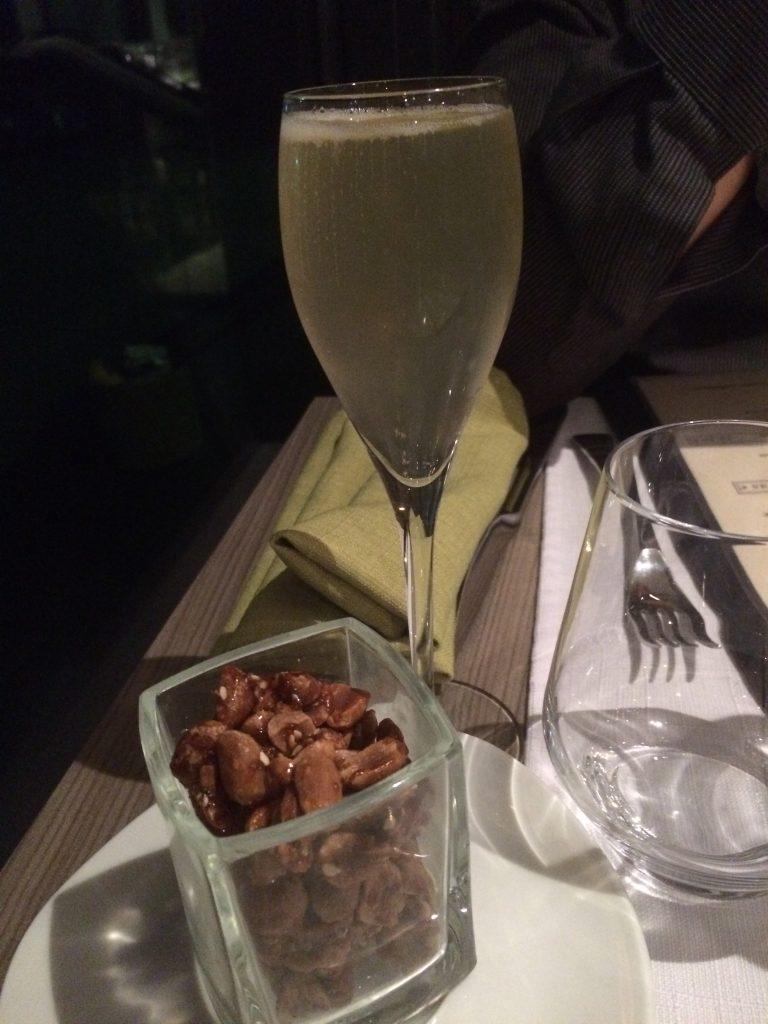 2 cocktail maison et cacahuètes torréfiées au sésame