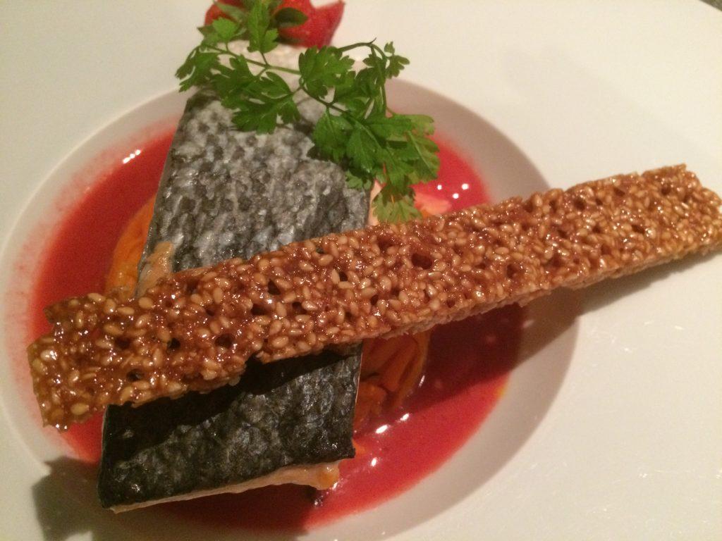 Saumon label rouge, beurre de fraise au poivre de Sichuan, tagliatelles de carottes au thym - et un verre de Pouilly-Fumé