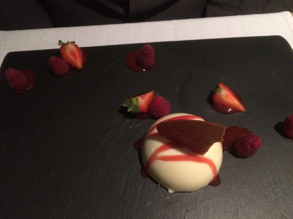 Dôme mousse légère mascarpone, insert fruits rouges, biscuit au chocolat blanc