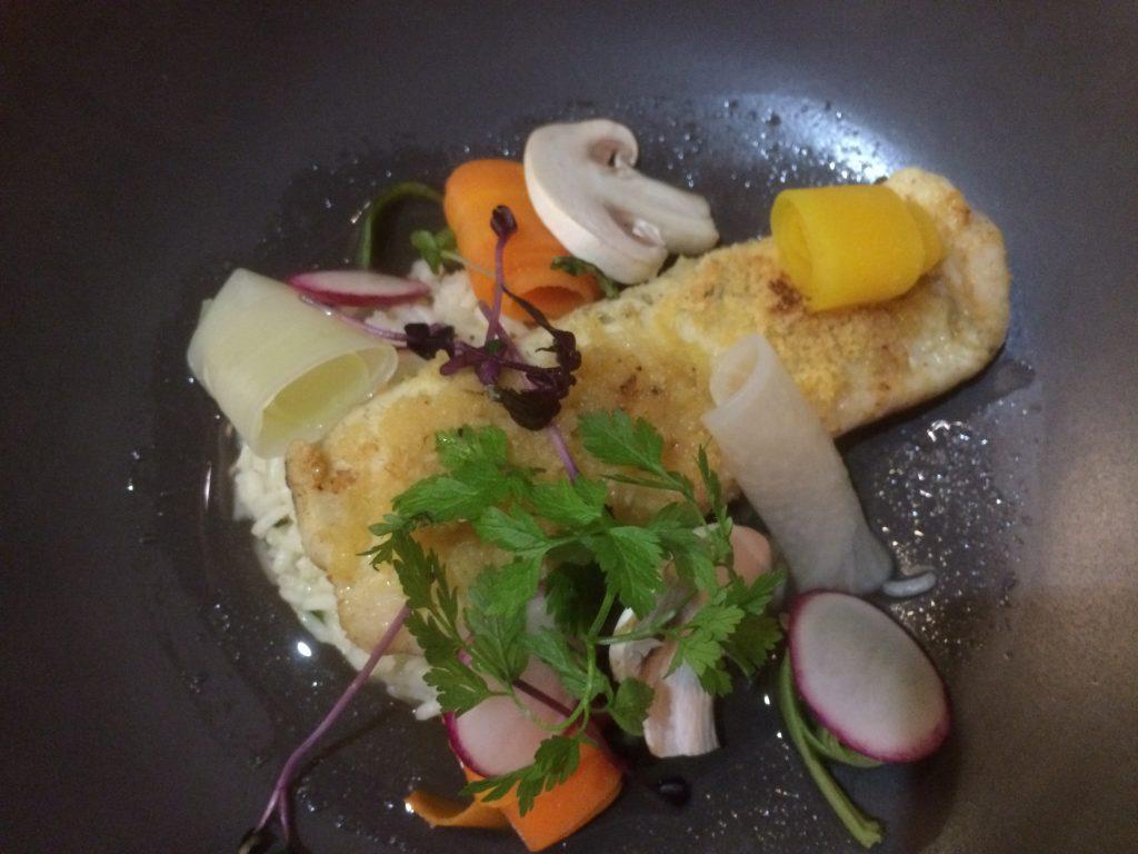 Carrelet en fine chapelure dorée sur consommé de crevettes grises, riz parfumé et carottes de couleur et un verre de Chardonnay