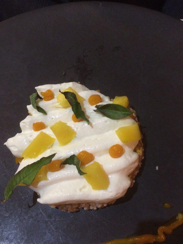 L'éclat de saveur : la mangue pochée sur chantilly citron verveine et croustillant céréales