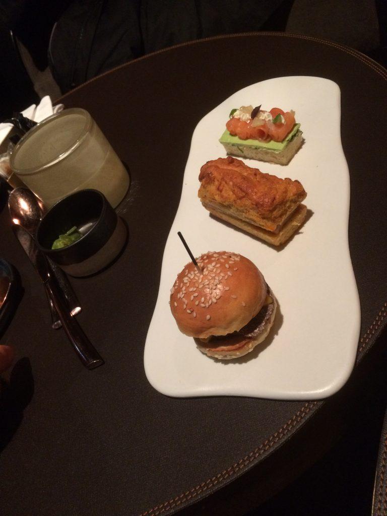 Saumon fumé des îles Féroé, crème de shiso vert, et citron caviar Cake aux épices de Noël et foie gras Mini burgers de poulet tsukune à la truffe noire