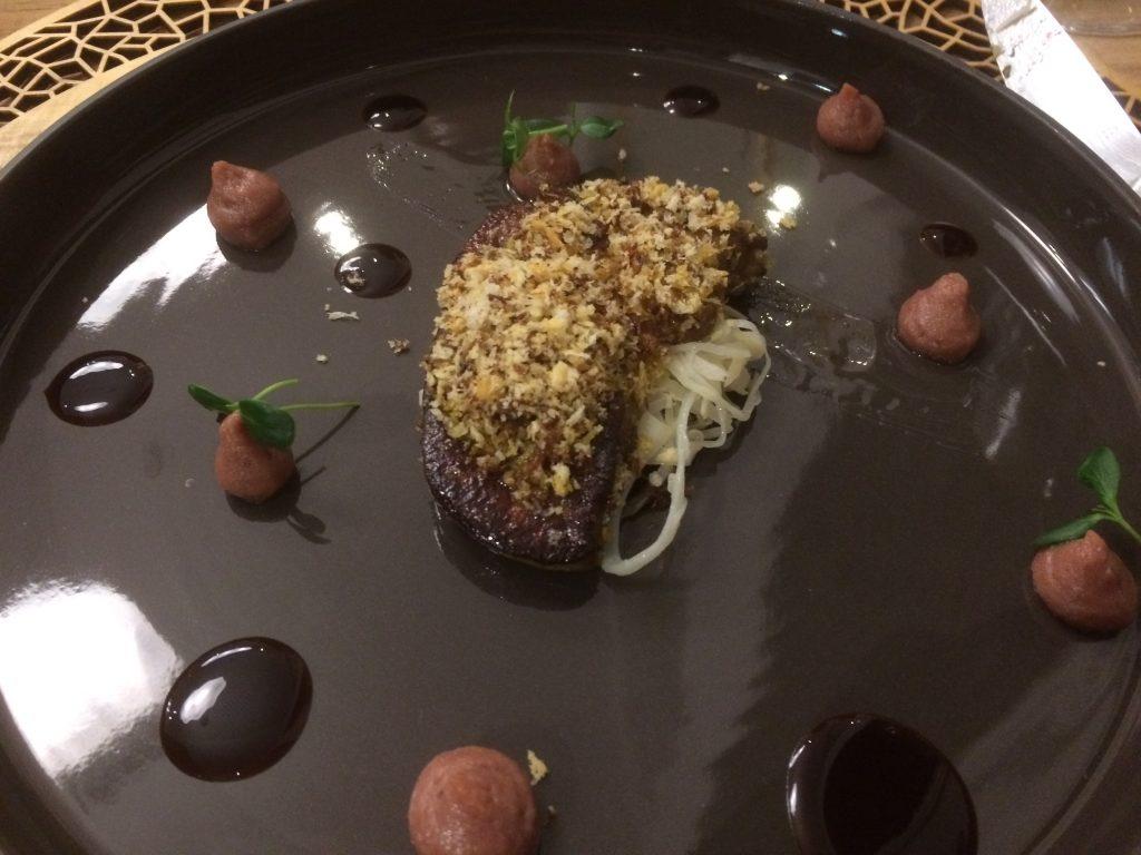 """Foie gras chaud """"Crispy"""", salsifis et crémeux de dattes, jus de porc Belly"""