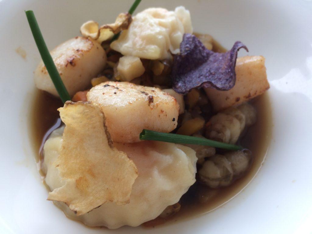 Nage de Saint Jacques, ravioles de légumes oubliés et bouillon d'antan